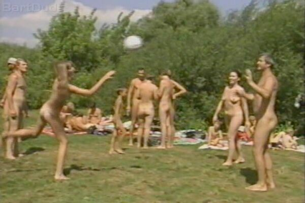 Families playing swimming-Family Nudism  家族はスイミングを再生