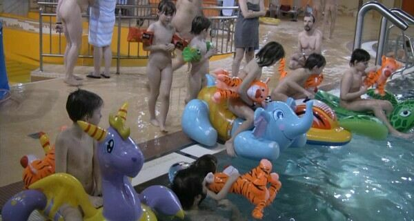 PureNudism Video Family Nudism - INDOOR WATER RUNNERS 1  純粋ヌーディズムビデオ